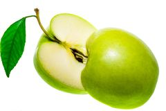 在白色背景隔绝的切的绿色苹果的两halfs 免版税库存图片