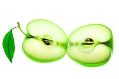 在白色背景隔绝的切的绿色苹果的两halfs 图库摄影