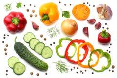 在白色背景隔绝的切的黄瓜、大蒜、甜椒胡椒和荷兰芹的混合 顶视图 免版税库存图片