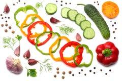 在白色背景隔绝的切的黄瓜、大蒜、甜椒胡椒和荷兰芹的混合 顶视图 库存照片