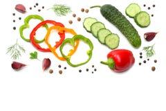 在白色背景隔绝的切的黄瓜、大蒜、甜椒胡椒和荷兰芹的混合 顶视图 免版税库存照片