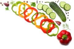 在白色背景隔绝的切的黄瓜、大蒜、甜椒胡椒和荷兰芹的混合 顶视图 免版税图库摄影