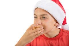 在白色背景隔绝的十几岁的男孩用肉馅饼 库存图片