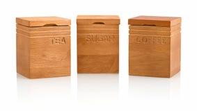 在白色背景隔绝的厨房工艺自然元素金合欢木茶、咖啡&糖贮存货柜 库存照片