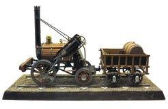 在白色背景隔绝的古板的蒸汽引擎火车模型  图库摄影