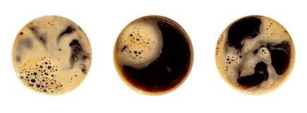 在白色背景隔绝的咖啡泡沫 桅顶下桅盘杯子摄影的视图关闭  库存照片