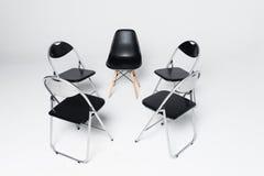 在白色背景隔绝的圈子的五把黑椅子 免版税库存图片