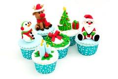 在白色背景隔绝的圣诞节自创杯形蛋糕 免版税图库摄影