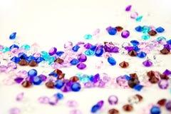在白色背景隔绝的多彩多姿的水晶 宝石抽象背景 金刚石 库存图片