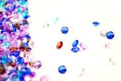 在白色背景隔绝的多彩多姿的水晶 宝石抽象背景 金刚石 免版税库存照片