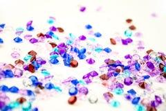 在白色背景隔绝的多彩多姿的水晶 宝石抽象背景 金刚石 免版税库存图片