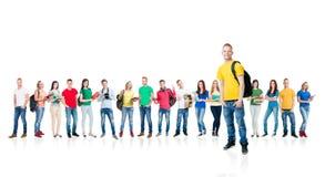 在白色背景隔绝的大小组少年 一起站立许多另外的人民 学校,教育 免版税库存照片