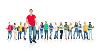 在白色背景隔绝的大小组少年 一起站立许多另外的人民 学校,教育 库存照片