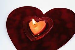 在白色背景隔绝的天鹅绒的心脏红色蜡烛,瓦伦蒂 免版税图库摄影