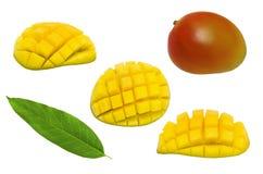 在白色背景隔绝的套整个芒果、半芒果立方体裁减和叶子 免版税库存图片