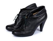 在白色背景隔绝的女性黑皮革高跟鞋鞋子 免版税库存图片