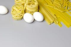 在白色背景隔绝的意大利面团tagliatelle巢 库存照片