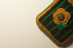 在白色背景隔绝的手工制造编织的羊毛 免版税库存照片