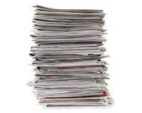 在白色背景隔绝的报纸堆,没有树荫的包含裁减路线 免版税库存图片