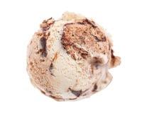 在白色背景隔绝的提拉米苏冰淇淋形式概略的视图瓢 免版税库存图片