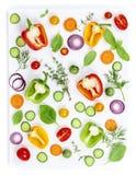 在白色背景隔绝的新鲜的有机菜,顶视图 免版税库存图片