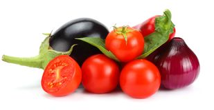 在白色背景隔绝的新鲜的未加工的蔬菜的分类 蕃茄,茄子,葱,辣椒,大蒜,香料 库存图片