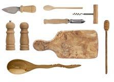 在白色背景隔绝的木厨具 匙子、拔塞螺旋、刀子、委员会、盐瓶和胡椒 免版税库存图片