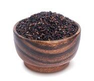 在白色背景隔绝的木碗的黑米 免版税图库摄影