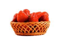 在白色背景隔绝的木篮子的新鲜的草莓 图库摄影