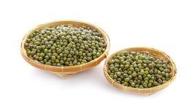 在白色背景隔绝的木篮子的青豆种子 库存照片