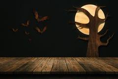 在白色背景隔绝的木老桌 对您的产品 免版税库存照片