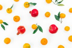 在白色背景隔绝的柑橘和石榴石果子 平的位置 顶视图 免版税库存照片