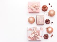 在白色背景隔绝的桃红色圣诞节礼物 被包裹的xmas箱子、圣诞节装饰品、中看不中用的物品和杉木锥体 图库摄影