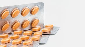 在白色背景隔绝的橙色卵形片剂药片 对待的多血脉性的循环混乱和痔疮医学 库存图片