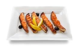 在白色背景隔绝的烤三文鱼内圆角 免版税库存图片