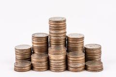 在白色背景隔绝的硬币堆 挽救,投资金钱概念 硬币堆生长事务 库存照片