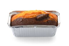 在白色背景隔绝的箔卵形箱子的巧克力蛋糕 免版税库存图片