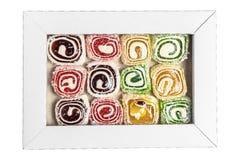 在白色背景隔绝的箱子的土耳其快乐糖 在箱子的甜糖果 糖果纹理 库存照片