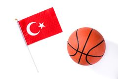 在白色背景隔绝的篮球和土耳其旗子 免版税库存照片