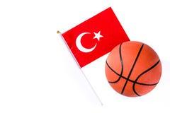 在白色背景隔绝的篮球和土耳其旗子 免版税库存图片