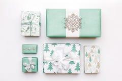 在白色背景隔绝的美丽的北欧圣诞节礼物 绿松石色的被包裹的xmas箱子 礼品包装材料 免版税库存照片