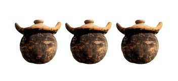 在白色背景隔绝的老泥罐陶器的汇集 皇族释放例证