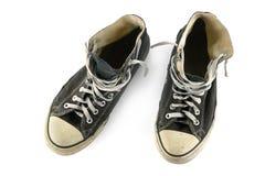 在白色背景隔绝的老被佩带的运动鞋 免版税图库摄影
