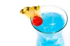 在白色背景隔绝的蓝色夏威夷鸡尾酒 免版税库存照片