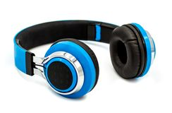 在白色背景隔绝的蓝色耳机,有一个阴影 库存照片