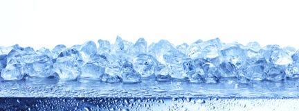 在白色背景隔绝的被击碎的冰堆  免版税库存图片