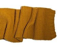 在白色背景隔绝的被编织的黄色围巾 免版税库存图片