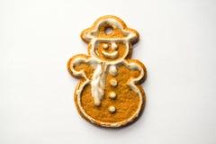 在白色背景隔绝的雪人姜饼蛋糕 免版税库存照片