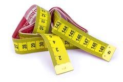 在白色背景隔绝的黄色公尺测量的磁带 免版税库存图片