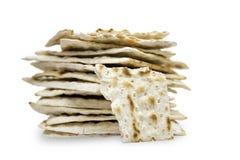 在白色背景隔绝的matzah或matza许多片断一张前面照片  Matzah为犹太逾越节假日 t的地方 免版税库存照片